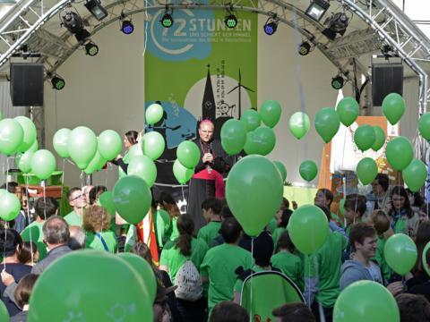 72 Stunden Nächstenliebe: Mit seinem Segen hat Weihbischof Florian Wörner heute die 72-Stunden-Aktion für das Bistum Augsburg eröffnet. (Foto:Simone Zwikirsch/pba)