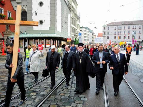Im Anschluss an die Kundgebung zogen die Menschen zur ökumenischen Kreuzwegandacht in den Augsburger Dom. (Foto: Pressestelle Bistum Augsburg)