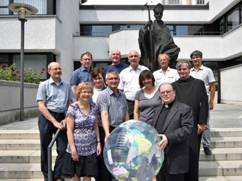 """Der Arbeitskreis """"Schöpfung bewahren"""" des Bistums Augsburg mit dem Schirmherr des Schöpfungspreises, Prälat Dr. Bertram Meier (vorne rechts). (Foto: Nicolas Schnall/pba)"""
