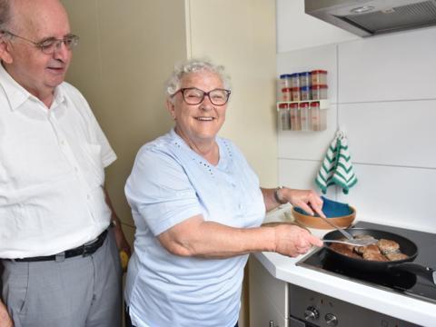 """""""Das Kochen ist meine Lieblingsbeschäftigung"""", sagt Pfarrhaushälterin Hildegard Miller. Aber ihr Beruf beinhaltet weitaus mehr als nur Kochen und Putzen. (Foto: Maria Steber/pba)"""