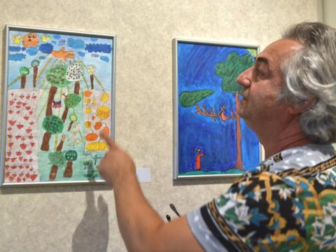 George Banzer präsentiert die Kunstwerke seiner Schüler. (Foto: Romana Kröling/pba)