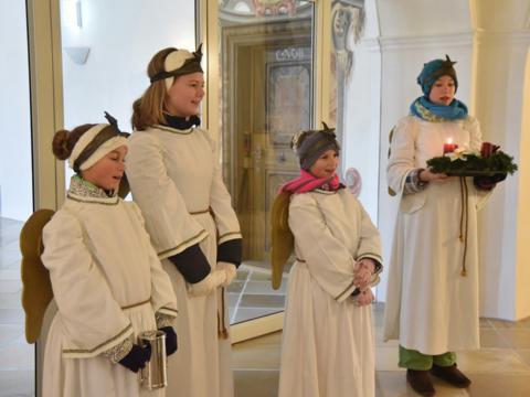 Erst wenn die Adventsengel an der Tür geklingelt haben, beginnt für die Roggenburger der Advent. (Foto: Romana Kröling)