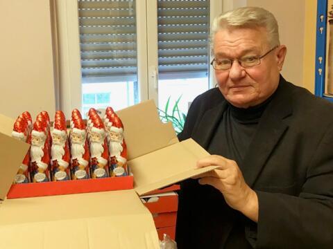 Auch über diese süße Spende für die Stadtweihnacht freut sich Hans Stecker. (Fotos: Karl-Georg Michel / pba)