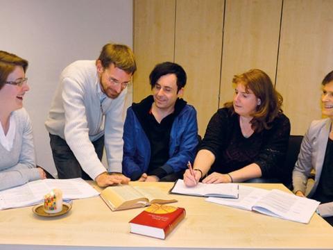 Bild: Dr. Daniel Esch trifft sich jede Woche mit den Teilnehmern des Grundkurses Theologie, um Fragen zu klären und die Studieninhalte zu vertiefen.  (Foto: Winfried Mayr)