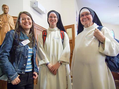 Zusammen mit Pastoralreferentin Katharina Weiß und Schwester Mechthild Steiner OP in Halifax: Schwester Dr. Theresia Mende OP (r.). (Foto: Institut für Neuevangelisierung)