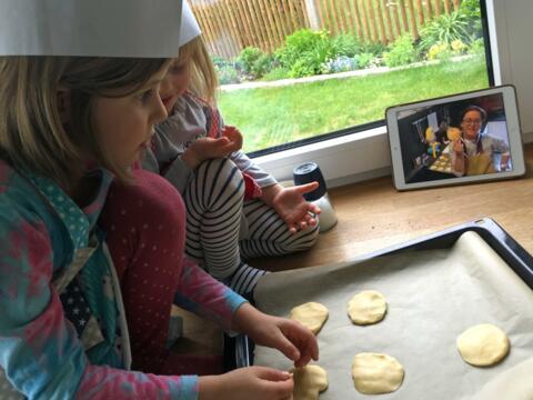 Kekse backen per Videoanleitung: Die Pfadfinderinnen haben ihr Pfingstzeltlager einfach auf daheim verlagert. (Foto: PSG Diözesanverband Augsburg)