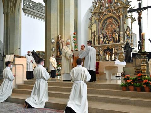 01 Diakonenweihe in der Ulrichsbasilika_Weihegebet durch Bischof Bertram (Foto Nicolas Schnall pba)