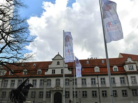 01 Die Woche für das Leben in Augsburg_Beflaggung auf dem Domplatz (Foto Nicolas Schnall_pba)