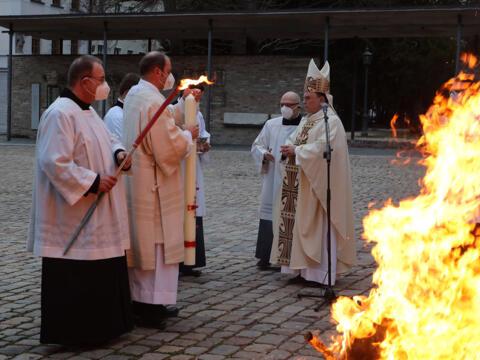 Das Osterfeuer vor dem Hohen Dom (Foto: Annette Zoepf / pba)