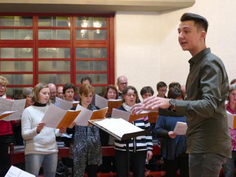 Benny Brosi studierte mit den Teilnehmern des Tags der Kirchenmusiker sein Prüfungsstück für das Abendlob in der Kapelle des Hauses St. Ulrich ein.
