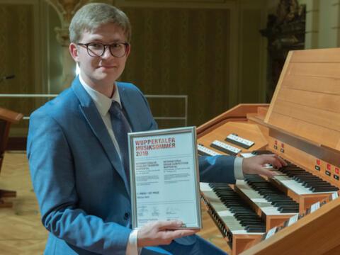 Marius Herb am Spieltisch der Orgel im Konzertsaal der Stadthalle Wuppertal