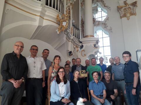 Die Teilnehemer/innen des Organistenkurses 2021 mit den Dozenten Domorganist Josef Still und P. Stefan Kling vor der großen Orgel der Klosterkirche Roggenburg