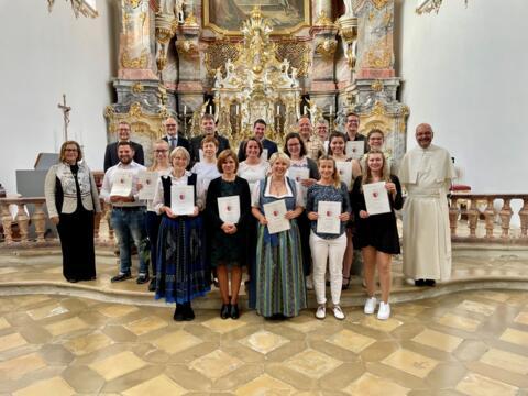 Die Absolventinnen und Absolventen des Kirchenmusik C-Kurses Augsburg 2018-2020 mit Prof. Dr. Gerda Riedl und den Dozenten des Kurses. (Foto: Amt für Kirchenmusik)