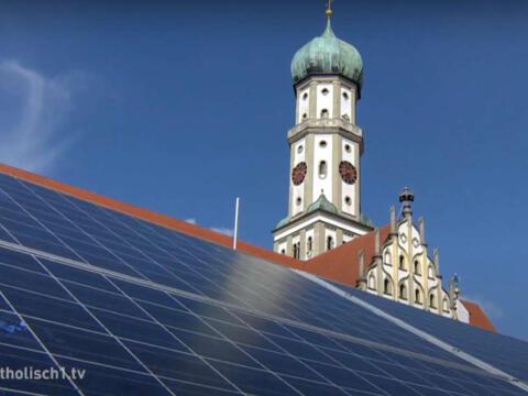 Auf dem Dach des Hauses Sank Ulrich in Augsburg gibt es eine Photovoltaik-Anlage. (Foto: katholisch1.tv)