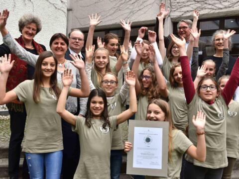 Jubelnde Preisträger: Die Schülerinnen der Realschule Sankt Ursula in Augsburg (Foto: Nicolas Schnall/pba)