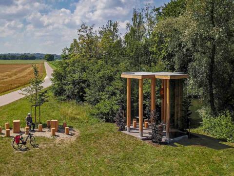 Die Wegkapelle von Hans Engel in der Nähe von Peterswörth (Foto: Eckhart Matthäus © Siegfried und Elfriede Denzel Stiftung)