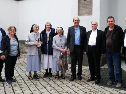 Zum Gruppenfoto stellten sich die Heimat-Urlauber-Missionare während des Treffens in der Ulrichswoche zusammen mit Bischof Dr. Bertram Meier (3. von rechts) auf. Von links: Dr. Peter Frasch, Andrea Decke, Schwester Avila Goppert (Mosambik), Schwester Christina Färber (Albanien), Schwester Hiltraud Goppert OSF (Mosambik), Pfarrer Hubert Mößmer (Kenia), Pfarrer Hermann Renz (Kenia) und Anton Stegmair