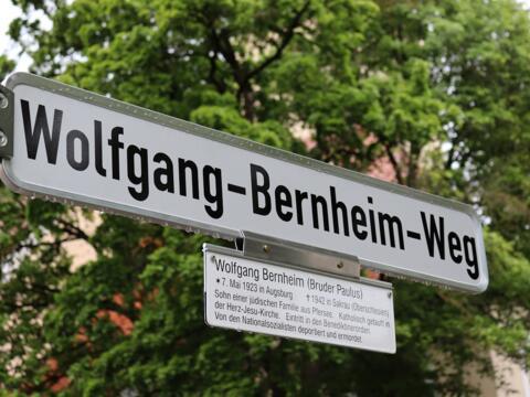 Seit Pfingsten 2021 ist der kleine Weg vor der St.-Michael-Kirche in Pfersee dem Augsburger Glaubenszeugen Wolfgang Bernheim gewidmet.