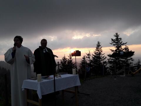 170822 Besondere Stimmung beim ökum. Berggottesdienst zum Sonnenuntergang auf dem Hochgrat