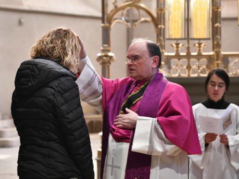 Am 1. März hatte der ernannte Bischof die Katechumenen zu den Sakramenten zugelassen (Foto: Maria Steber / pba)