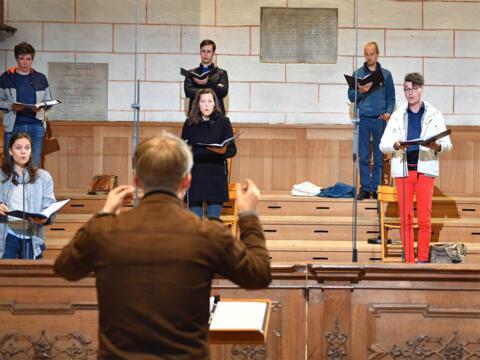 Der Chor AUXantiqua mit Domkapellmeister Stefan Steinemann bei der Probe zur Bischofsweihe (Foto Nicolas Schnall / pba)
