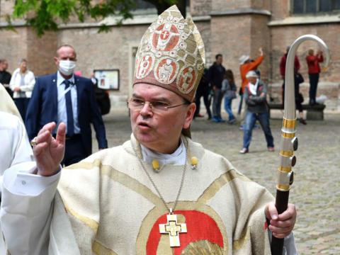Bertram Meier mit den Insignien seines Bischofsamtes nach dem Weihegottesdienst im Hohen Dom (Foto: Nicolas Schnall / pba)