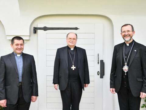 (v. l.) Pfarrer Andriy Pizo, Bischof Dr. Bertram Meier, Apostolischer Exarch Dr. Bohdan Dzyurakh CSSR (Foto: Julian Schmidt / pba)