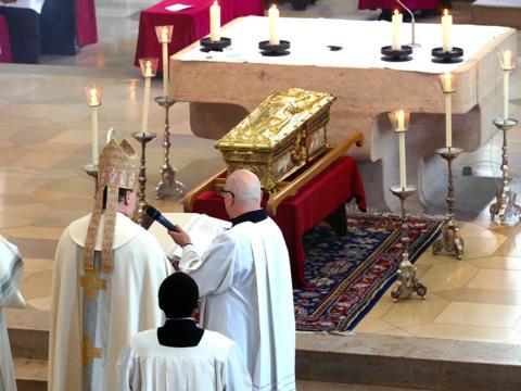 Bischof Bertram bei der Schreinerhebung (Foto: Annette Zoepf / pba)
