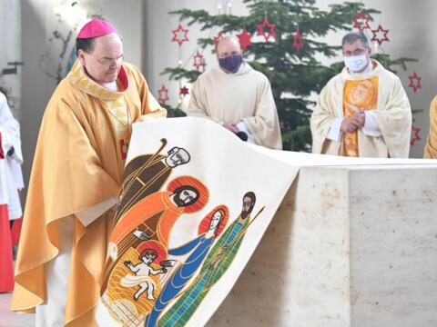 Bischof Bertram entfernt das Altartuch von St. Martin (Foto Julian Schmidt_pba) DSC_2390