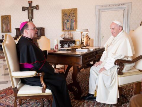 Bischof Bertram im Gespräch mit Papst Franziskus (Foto: Vatican Media)