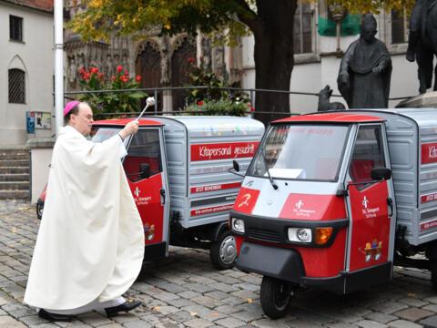 Bischof Bertram segnet die Fahrzeuge vor dem Hohen Dom zu Augsburg (Fotos: Julian Schmidt / pba)