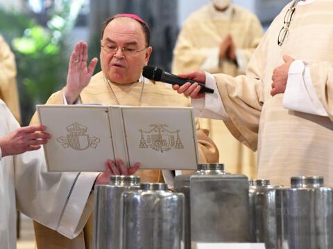Bischof Bertram segnet die heiligen Öle (Foto: Nicolas Schnall / pba)