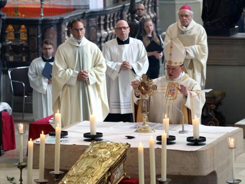 Bischof Bertram spendet den feierlichen Segen am Fest des hl. Ulrich (Foto Annette Zoepf_pba)