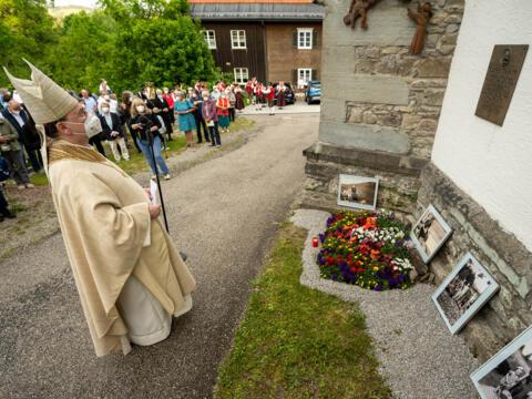 Bischof Bertram vor der Gedenktafel in Stiefenhofen (Foto: Christoph Morlok / pba)