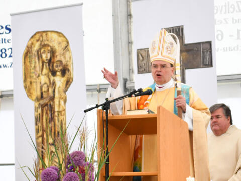 Bischof Dr. Bertram Meier beim Festgottesdienst zur Eröffnung der Bischof-Ulrich-Realschule Augsburg (Foto: Julian Schmidt / pba)