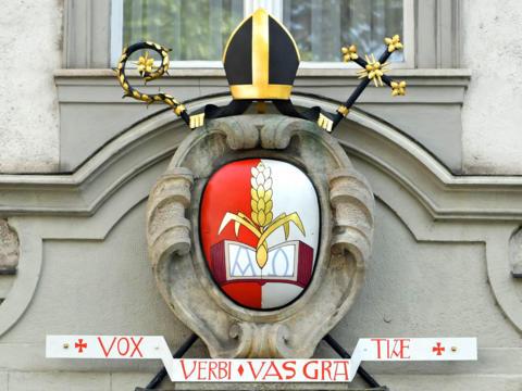 Das Wappen von Dr. Bertram Meier am Bischofshaus in Augsburg (Foto: Nicolas Schnall / pba)