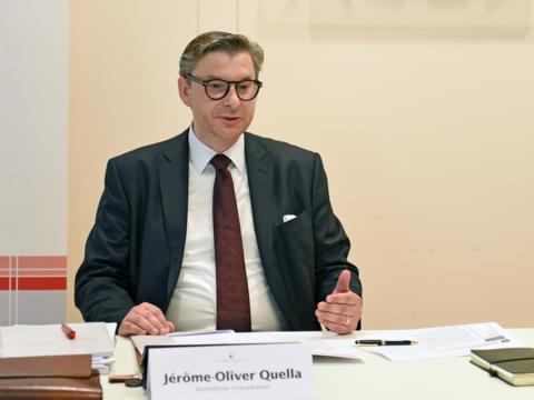Der Bischöfliche Finanzdirektor Jérôme-Oliver Quella bei der Vorstellung der Jahresabschlüsse des Bistums (Foto Julian Schmidt_pba) 4_3