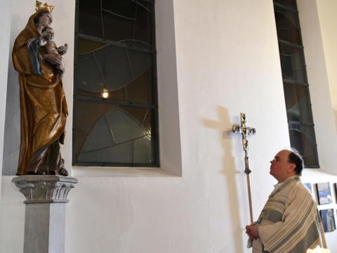 Der ernannte Bischof von Augsburg Dr. Bertram Meier vor einer Marienstatue in der Bischöflichen Hauskapelle (Foto: Daniel Jäckel / pba)