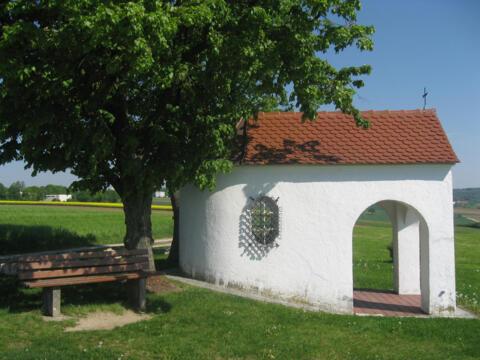 Lädt zum Verweilen ein: Eine Feldkapelle am Schellenberg bei Donauwörth (Foto: Werner Köhler / Bistum Augsburg)