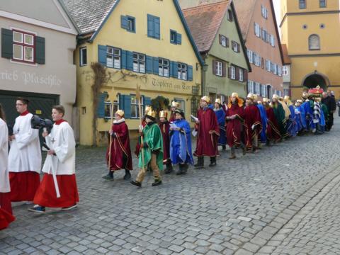 Die Dreikönigsprozession in Dinkelsbühl am 6. Januar 2016 (Foto: Bernhard Müller / Pfarrei Dinkelsbühl)