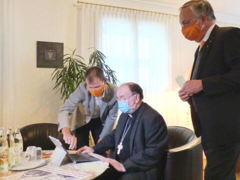 (v.l.) Kolping-Diözesanvorsitzender Robert Hitzelberger, Bischof Dr. Bertram Meier und Kolping-Diözesanpräses Wolfgang Kretschmer beim Unterzeichnen der Online-Petition