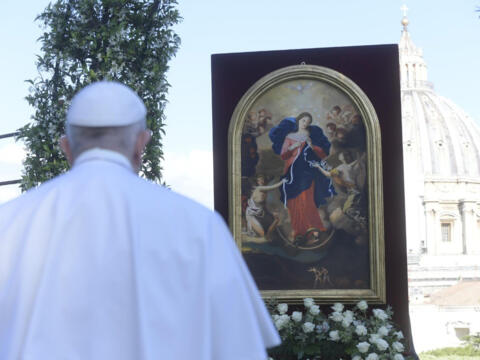 Papst Franziskus betet vor dem Bild der Knotenlöserin (Foto: Vatican News)