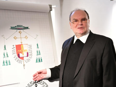 Prälat Dr. Bertram Meier stellt sein Bischofswappen vor (Foto Julian Schmidt_pba)
