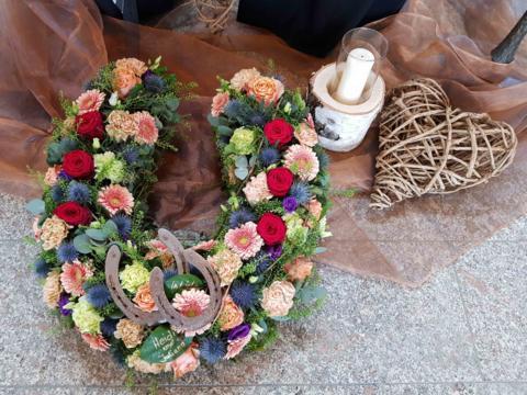 Urnenschmuck mit Hufeisen_Foto Trauerbegleitung_web