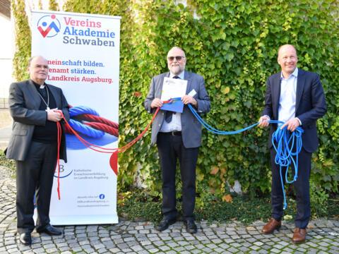 Ziehen für die VereinsAkademie an einem Strang (v.l.): Bischof Dr. Bertram Meier, Peter Scherer (KEB Landkreis Augsburg), Landrat Martin Sailer. (Foto: Julian Schmidt / pba)