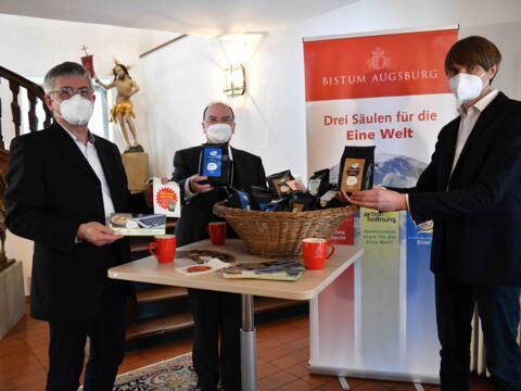 In der Fastenzeit Kaffee trinken und gleichzeitig Gutes tun. Bischof Bertram unterstützt die Aktion (Fotos: Maria Steber / pba).