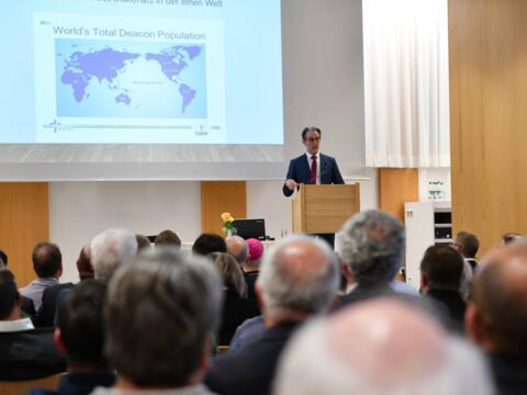 Über die Vielfalts des Diakonats weltweit sprach Dr. Stefan Sander, Geschäftsführer des Internationalen Diakonatszentrums (Foto: Maria Steber / pba).