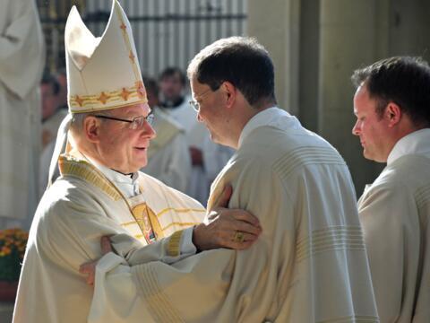 In 50 Jahren wurden im Bistum 222 Männer zu Ständigen Diakonen geweiht. Das Bild zeigt den Friedensgruß während der Weiheliturgie im vergangenen Oktober. (Foto: Nicolas Schnall / pba)