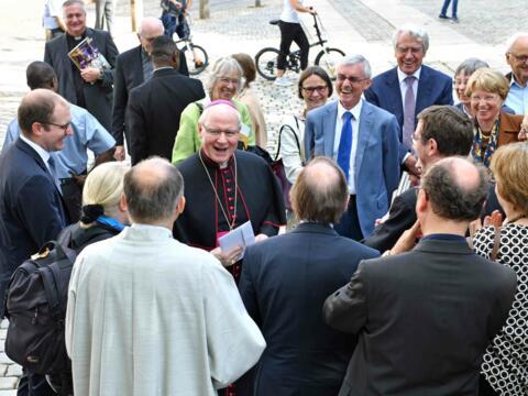 Kaum war der Dankgottesdienst beendet, scharten sich die Menschen um Bischof Konrad, um sich von ihm zu verabschieden. (Fotos: Nicolas Schnall / pba)