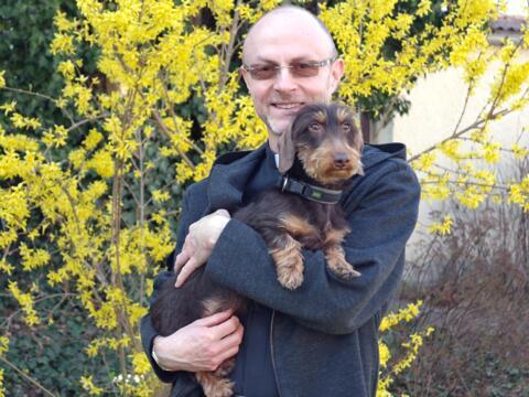 Dekan Adolf Rossipal mit einem seiner beiden Hunde. (Foto: Alicia Zeller / pba)